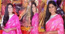 तस्वीरों में देखें  साड़ी पहन मां दुर्गा के दर्शन करने पंडाल पहुंची...