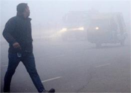 ठंड में कोहरे से ठिठुरी दिल्ली, देखें PICS