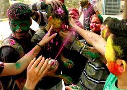 #Holi 2018 :रंगों के त्योहार में कुछ यूं डूबी राजधानी, देखे Pics