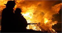 आग से 500 झुग्गियां जलकर खाक, रोड पर पड़े कपड़ों से बच्ची ने ढका अपना तन
