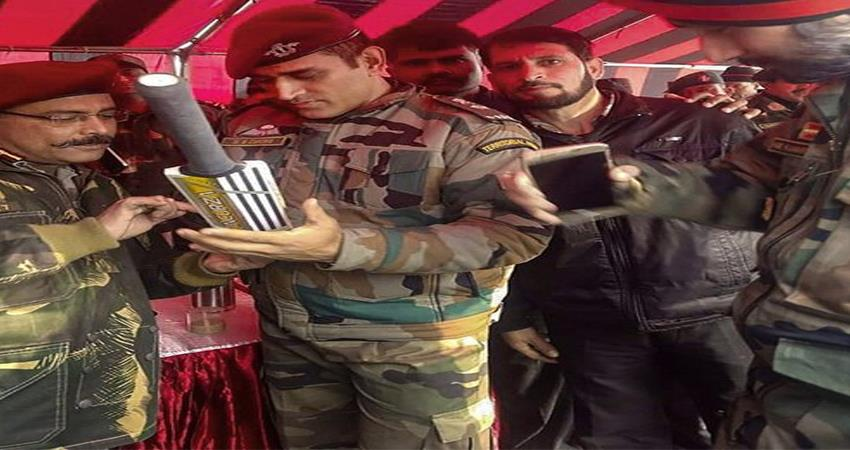 during posting dhoni gave autographs to the soldiers, photos became viral in social media