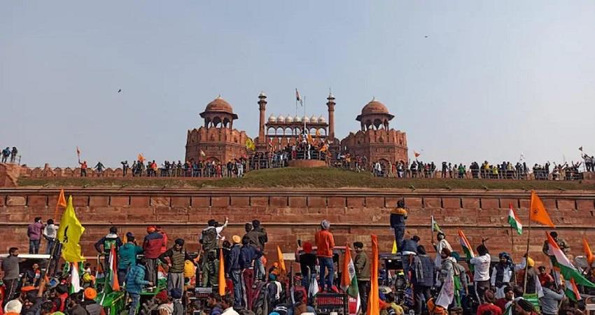 red fort violence man who climbed red fort tomb held kmbsnt