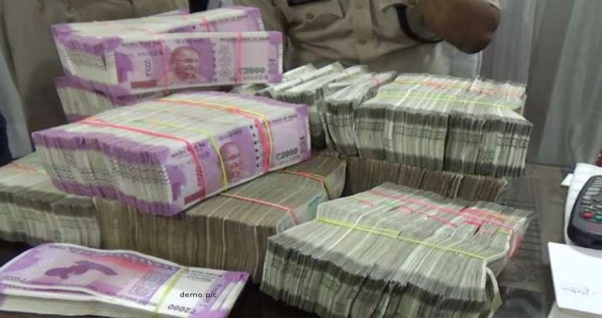 cisf nabbed 2 passengers carrying around rs 1 crore at jangpura metro station
