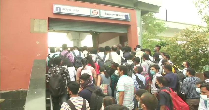 huge rush of commuters in various metro stations in delhi kmbnst