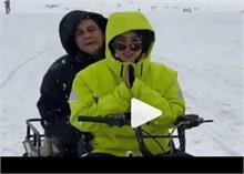 मां अमृता के साथ कश्मीर कीखूबसूरत वादियों के मजे लेते नजर आईं सारा, देखिए वीडियो