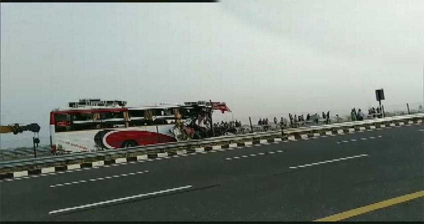 7-dead-and-34-injured-after-a-bus-rammed-into-a-truck-on-agra-lucknow-expressway