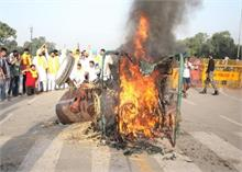 कृषि विधेयक के विरोध में इंडिया गेट पर लगाई ट्रैक्टर में आग, 5 कांग्रेस कार्यकर्ता गिरफ्तार