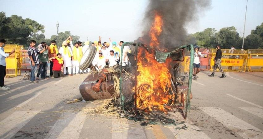 a tractor was set ablaze by unidentified persons near india gate kmbsnt