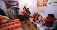 दिल्ली चुनाव: BJP कार्यकर्ता के घर भोजन करने पहुंचे अमित शाह, तो केजरीवाल ने कही ये बात