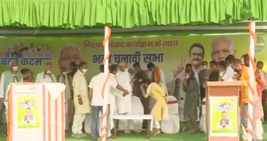 bihar-election-2020-tej-pratap-s-wife-aishwarya-touched-cm-nitish-s-feet-prshnt