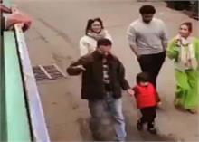 Video: करीना और सैफ संग वॉक पर निकले थे तैमूर, फैंस को देख भड़क उठे छोटे नवाब