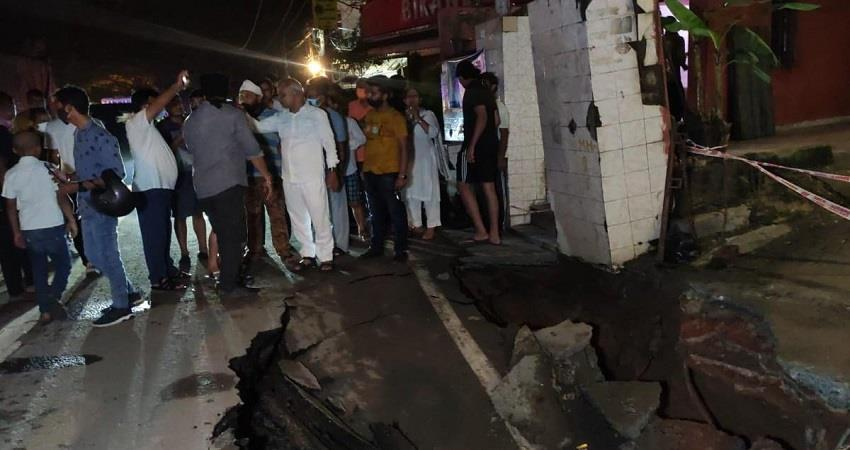 road-sank-up-to-10-feet-aurobindo-marg-south-delhi-dtc-bus-stuck-kmbsnt