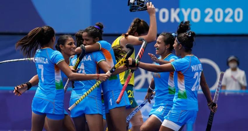 indian women hockey team created history by defeating australia 1-0 to reach semi-finals prshnt