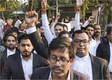 पुलिस Vs वकील: दिल्ली HC के निर्देश के बाद हड़ताल खत्म कर काम पर लौटेंगे अधिवक्ता