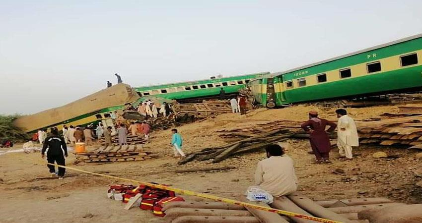 21 killed in train accident in pakistan