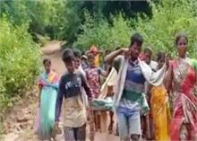 सरकार की बदहाल व्यावस्था, गर्भवती को खाट पर 11 km ले जाने को हुए मजबूर गांव वाले, देखें VIDEO
