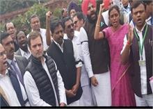 दिल्ली हिंसा: संसद परिसर में राहुल गांधी समेत कांग्रेस सांसदों का प्रदर्शन, शाह से मांगा इस्तीफा