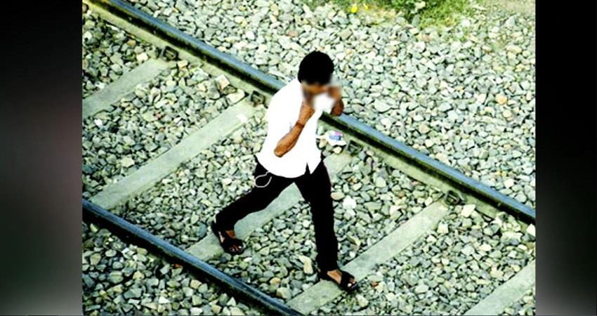two-boys-walking-railway-track-earphones-ears-train-accident-burhanpur-prsgnt