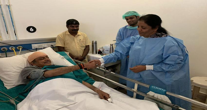 defense-minister-sitharaman-arrives-in-tharoor-to-meet-in-hospital