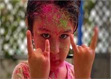 हरे-गुलाबी रंग से लिपटे नजर आए Star Kids, टशन में दिखे तैमूर अली खान