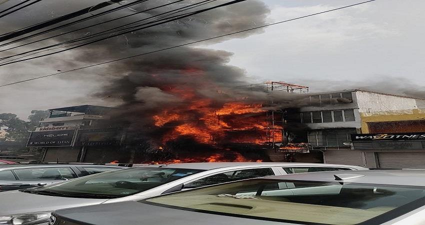 delhi: fire breaks out in lajpatnagar market 16 fire tenders at the spot kmbsnt