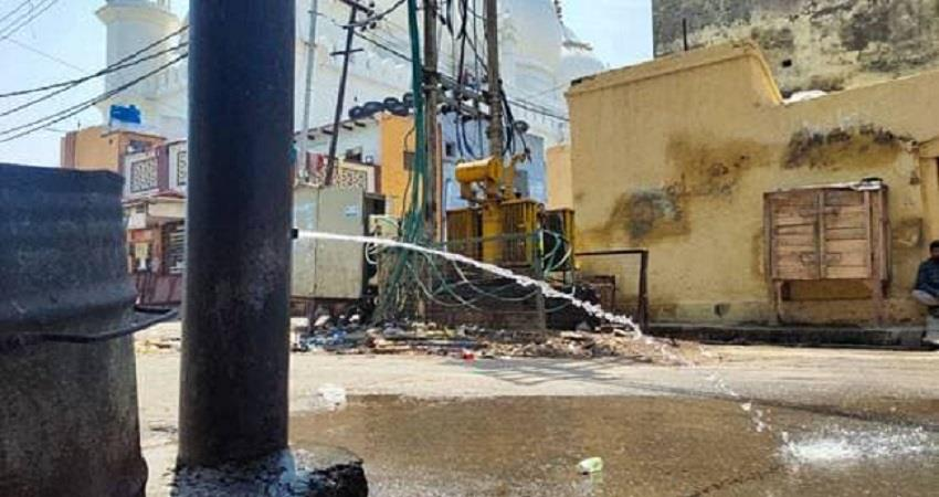 in-aligarh-water-came-out-of-electric-poles-people-said-miracle-prsgnt