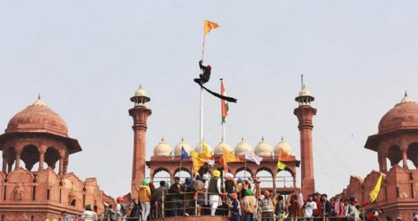protesters put flags at red fort tractor rally voilence sohsnt
