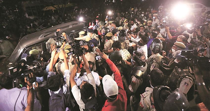 hathras-gagrep-victim-s-family-accuses-police-daughter-s-body-not-brought-home-prshnt