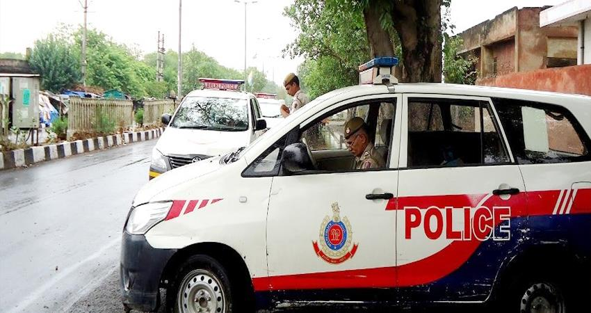 delhi police personnel suspended viral video drinking alcohol in public