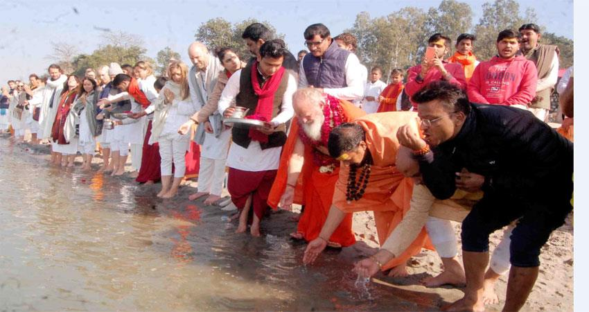 Foreign devotees worshiped Ganga by milking