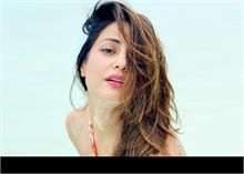 हिना खान की Bikini Photos तेजी से वायरल, रेत में मस्ती करती आईं नजर