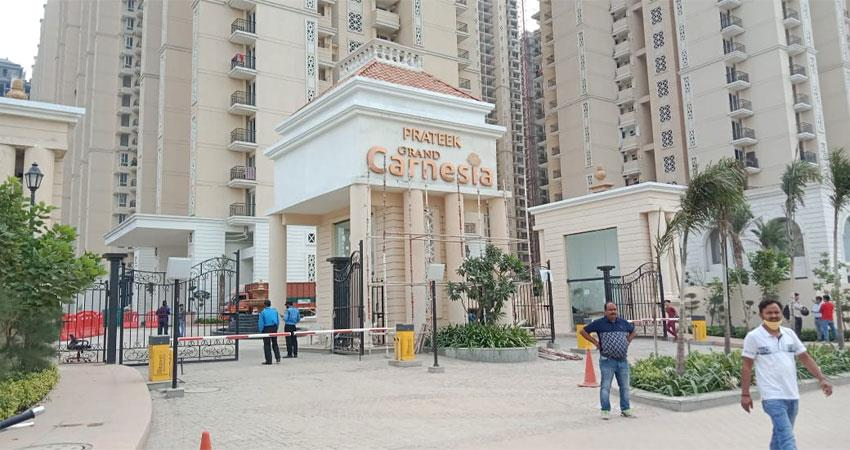 delhi ncr twin brothers slipped from balcony in ghaziabad died on the spot albsnt