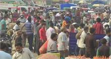 गाजीपुर सब्जी मंडी में कोविड नियमों की उड़ी धज्जियां, बिना मास्क भीड़ में दिखे कई लोग