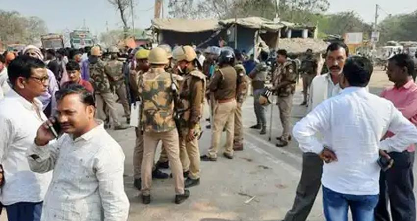 kanpur the truck was crushed by the father of the gang rape victim in front of the police prshnt