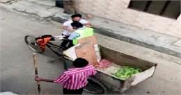 VIDEO: लॉकडाउन के बीच पंजाब में अनोखा नजारा, कूड़ा लेने आए सफाईकर्मी पर लोगों ने बरसाए फूल