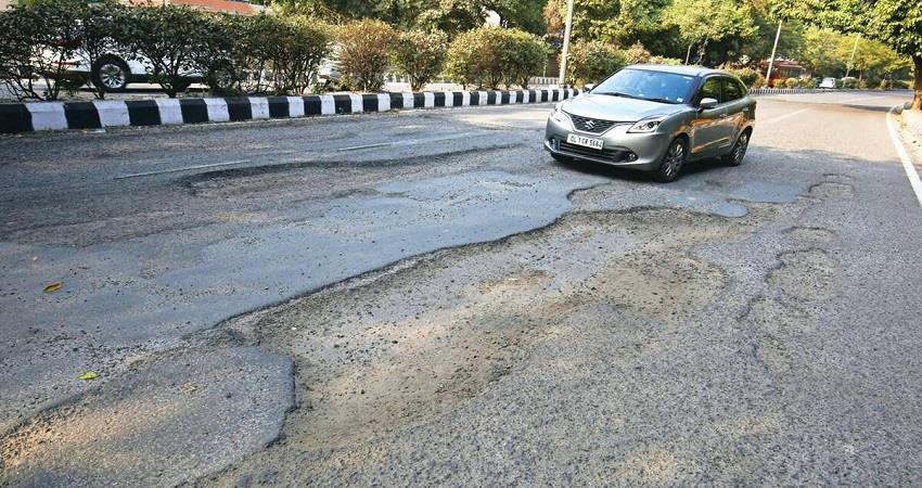delhi-residents-of-mundka-protest-demanding-good-road-kmbsnt