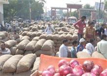 देश में रुला रहा प्याज का दाम, पाकिस्तान आयात में डाल रहा अड़ंगे