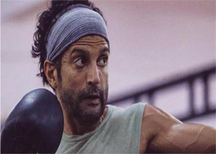 farhan akhtar is taking training from past 2 years for film toofaan sosnnt