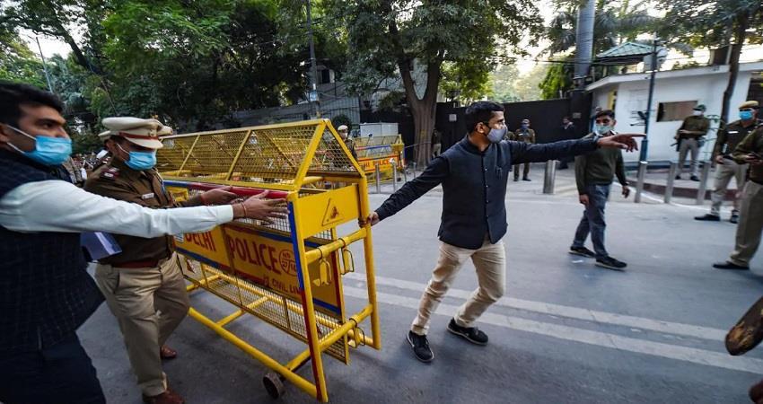 cm kejriwal neighbors demand action on delhi police to delhi hc kmbsnt