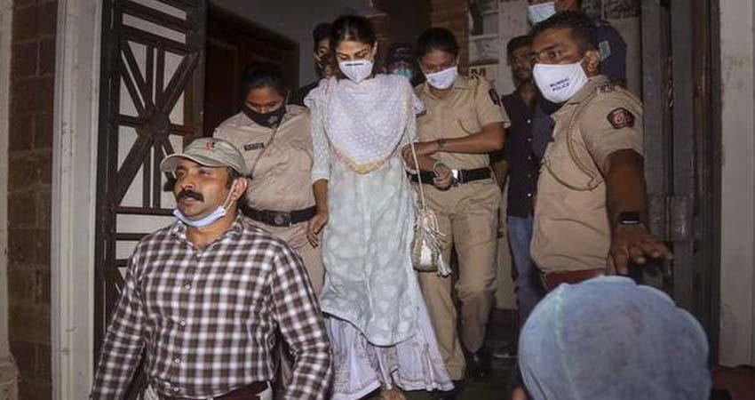 mumbai-police-gave-strict-instrictions-to-media-as-rhea-charaborty-gets-bail-sosnnt