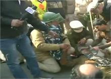पुलिस Vs किसान : ITO पर जबर्दस्त घमासान, पुलिस पर पथराव कर रहे प्रदर्शनकारी
