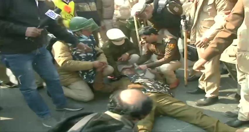 police-farmers clash on ito, protesters pelted stones at police pragnt