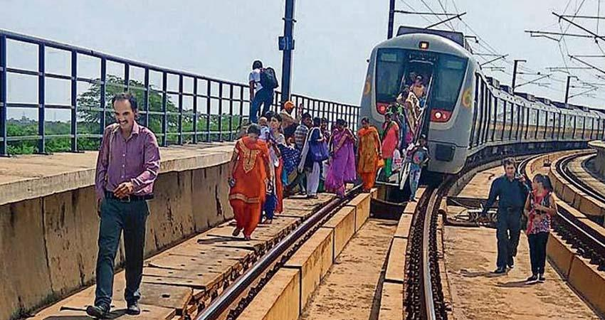 technological-failure-again-in-delhi-metro-thousands-of-passengers-face-trouble