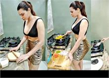 शर्लिन चोपड़ा इस हॉट अंदाज में किचन में खाना बनाती आईं नजर, Photos वायरल!