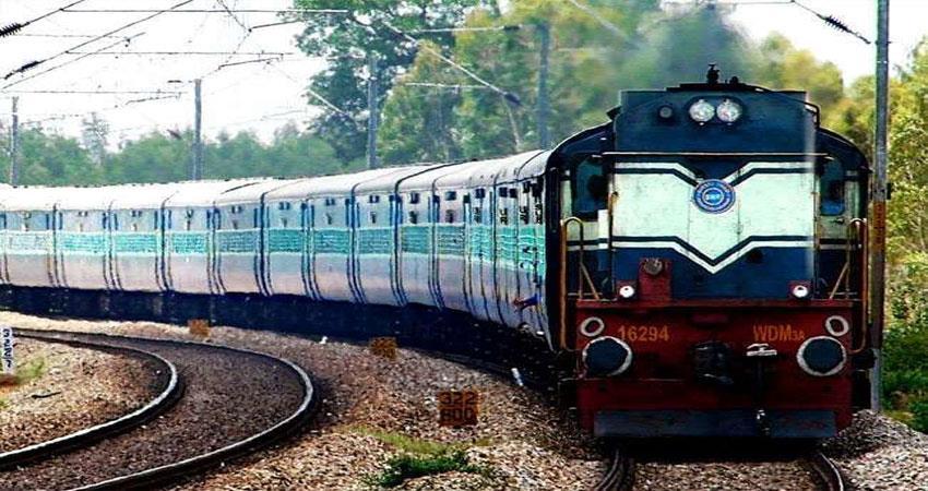 jharkhand-woman-sari-got-stuck-on-railway-track-djsgnt