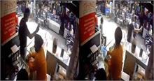 Video: सेल्फी के बहाने दुकान से Oppo का फोन उड़ा ले गया चोर, CCTV मे कैद हुआ पूरा मामला