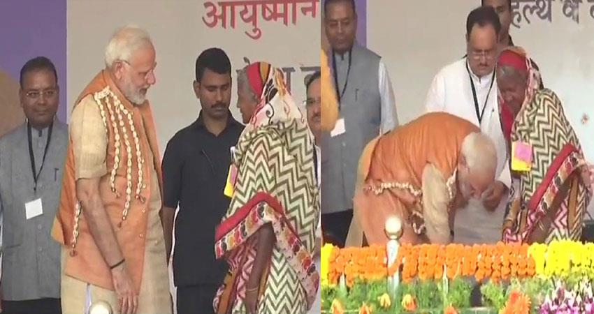 pm-modi-gave-slippers-to-tribal-women-at-chattisgarh-bijapur-tkha