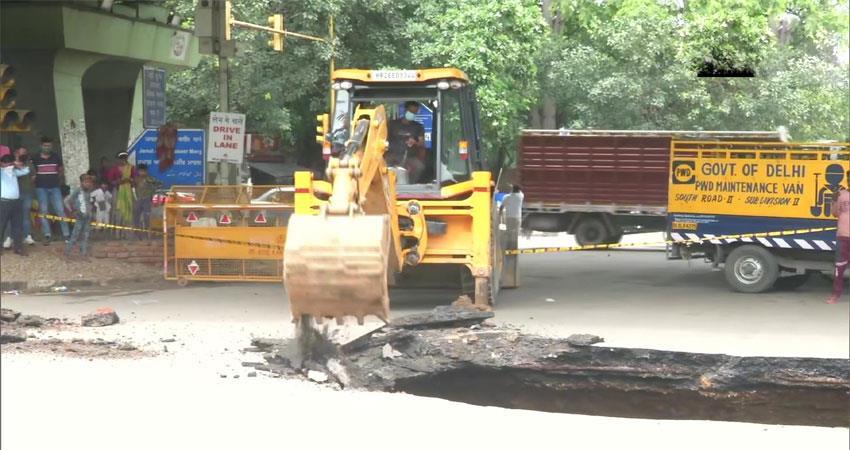 sinkhole spotted near iit delhi flyover traffic diverted kmbsnt