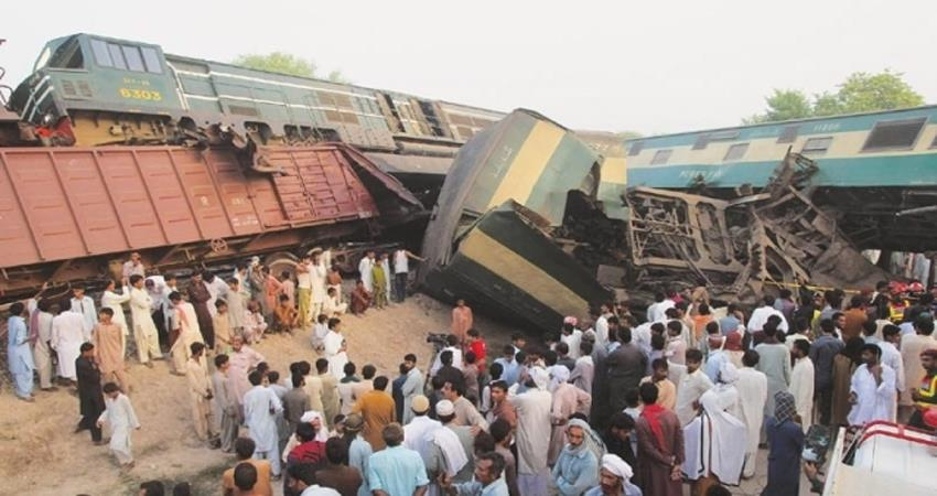 14 killed 79 injured in train accident in pakistan