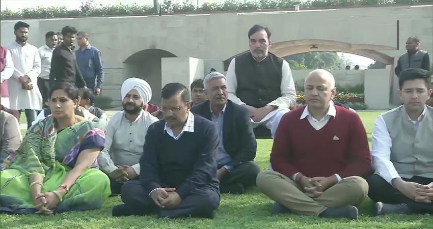 delhi violence arvind kejriwal has called an urgent meeting at his residence